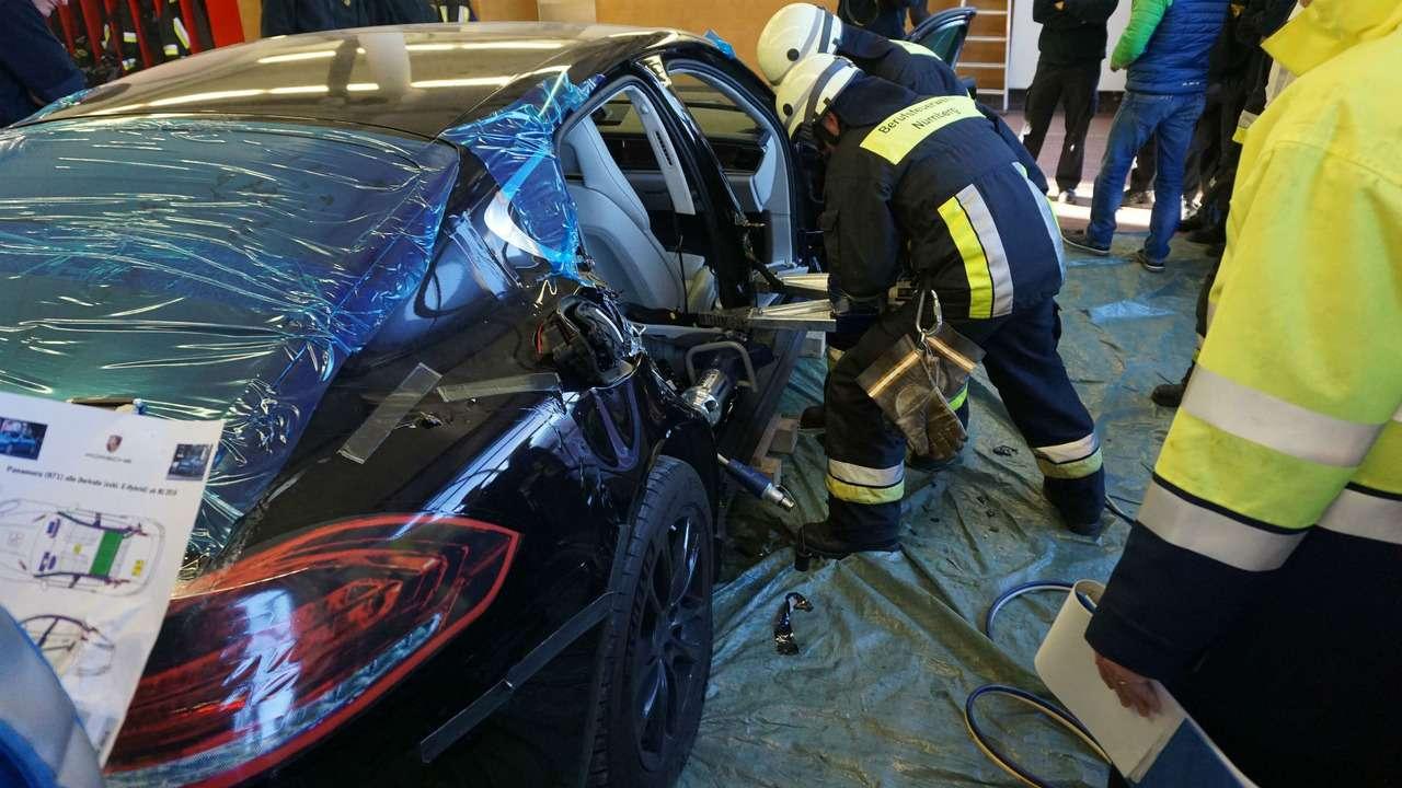 Потренировались наPorsche: пожарные распилили новенькую Панамеру— фото 710556