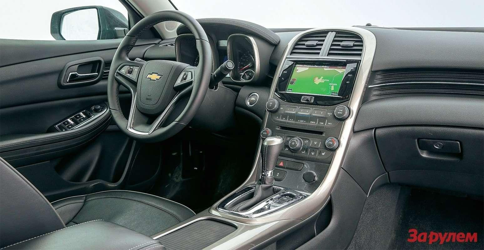 В «Малибу» удобный климат-контроль, кресло спамятью, есть возможность подсоединить любые носители, включая SD-карту.