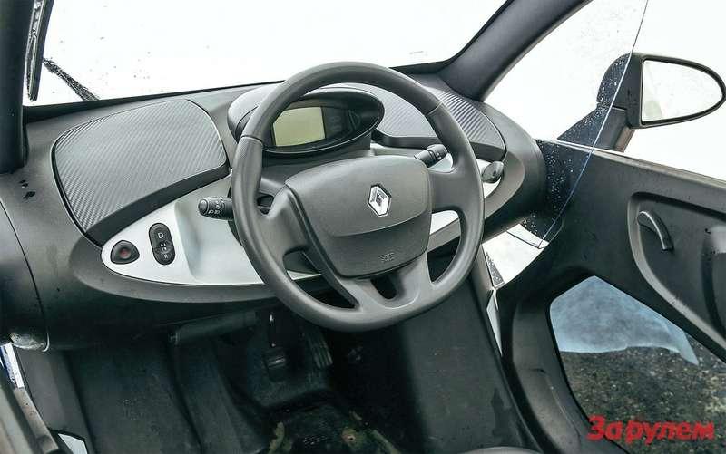 Кокпит прост: руль сподушкой безопасности, кнопки выбора режимов движения, небольшой дисплей перед глазами дапара бардачков. Тот, что справа, запирается.
