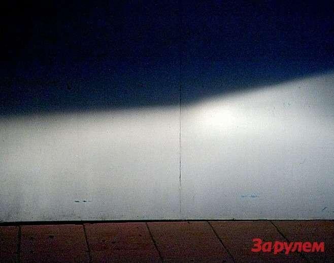 Галогенка неподвела: именно такую картину должен давать ближний свет. Встречных не слепит, обочину освещает.