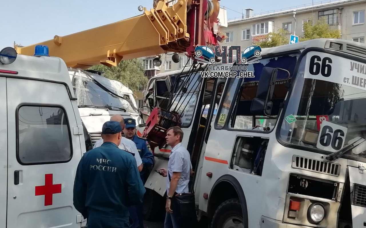 Кран таранил людей имаршрутки— трагичное ДТП вЧелябинске— фото 988288