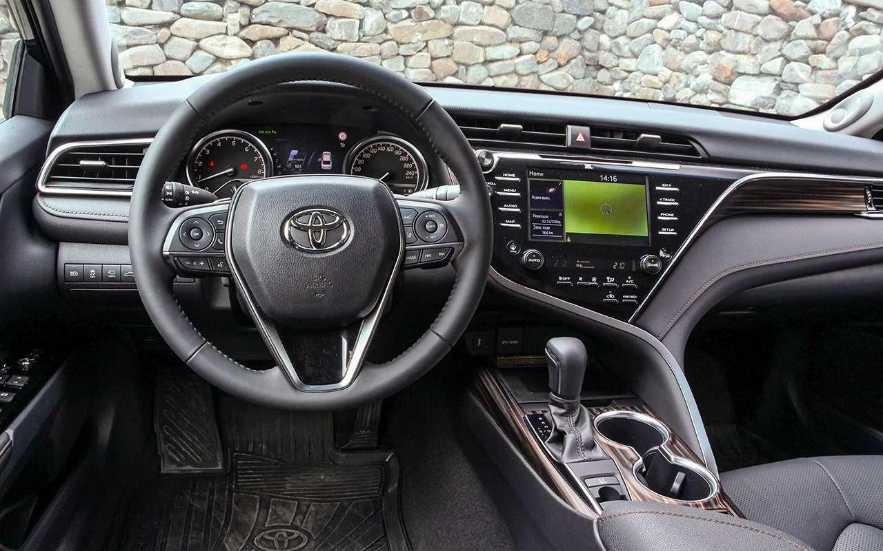 Новая Toyota Camry: еенаучили ездить!— фото 875425