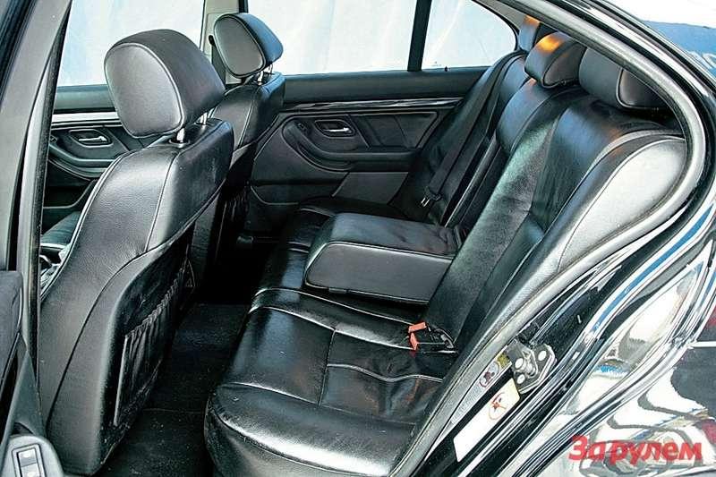 Назаднем диване БМВ длябольшего комфорта предусмотрен широкий подлокотник.