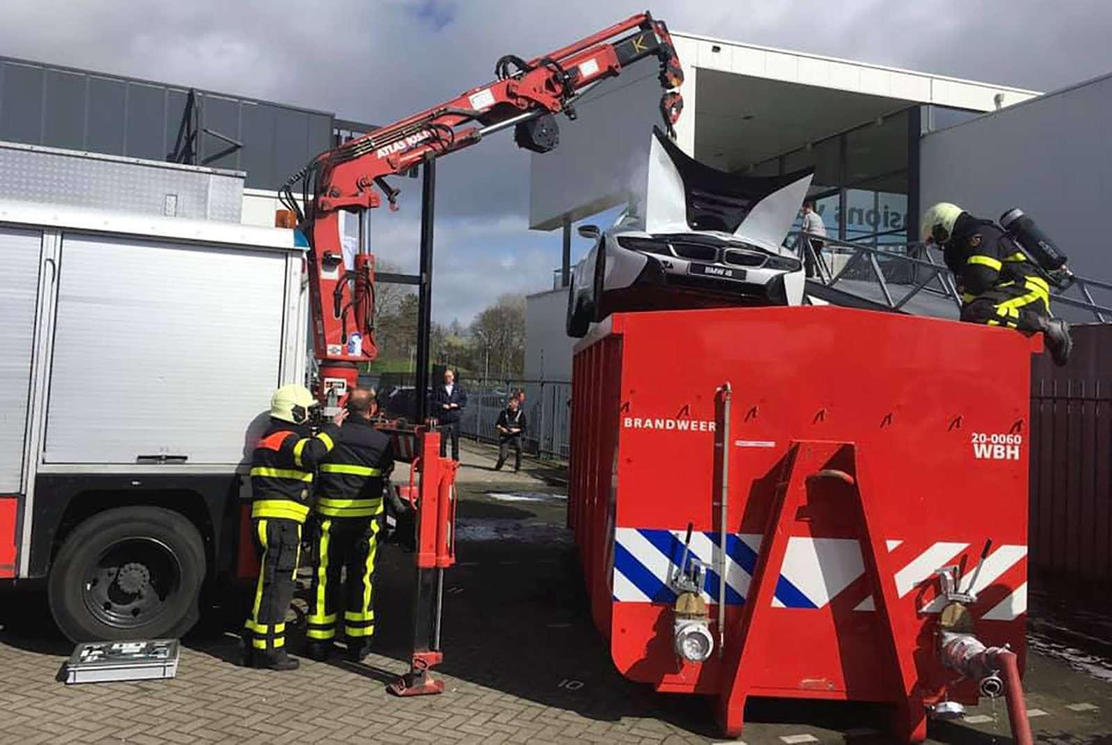 Пожарные утопили машину, чтобы танезагорелась— фото 961602