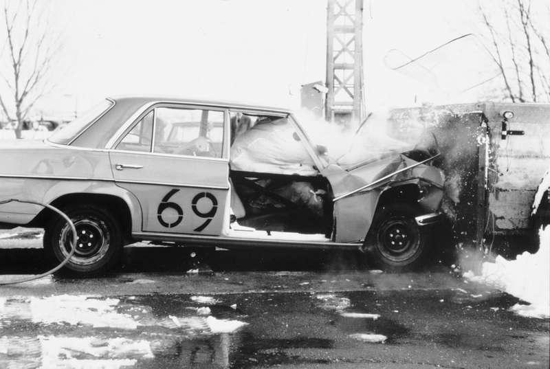 Испытания пассажирских подушек безопасности назаводе Daimler-Benz AG, 1968год