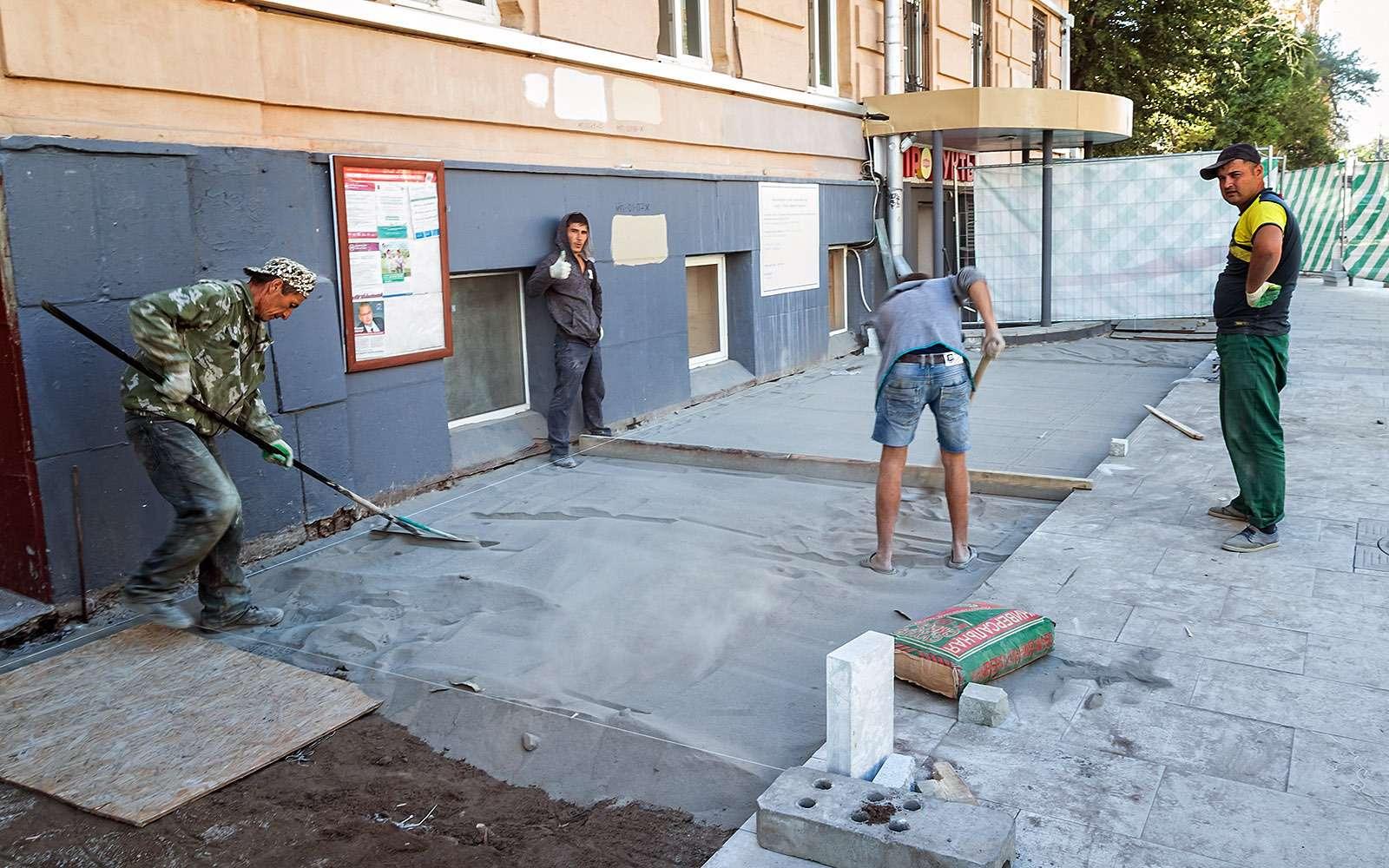 Гастарбайтеры укладывают тротуарную плитку
