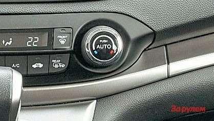 Раздельный дляводителя ипереднего пассажира климат-контроль отлично справляется сосвоими обязанностями.