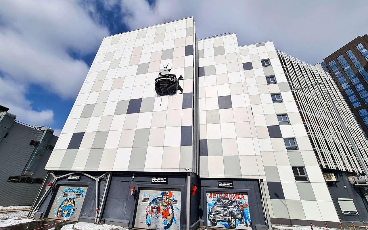 Porsche едва не вылетел с3-го этажа парковки— фото 1229410