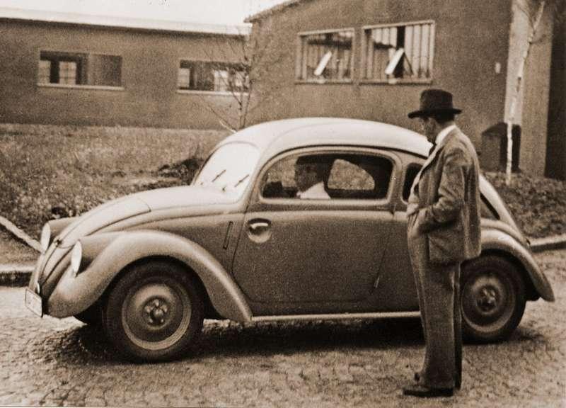 Фердинанд Порше возле одного изобразцов 1936 года. Автомобиль обозначался V3(отслова Versuch— опытный). Внутри Porsche это был проект Typ 61K. Более ранние V1и V2еще мало напоминали будущий Volkswagen. Название VW30придумано, повсей видимости, уже после войны, поскольку в1930-е всредствах массовой информации машина фигурировала подобозначением KdF. Это сокращенный лозунг трудового фронта, Kraft Durch Freude, «Сила через радость». Под этим девизом вГермании строились народные курорты ицелых корабли, вроде «Вильгельма Густлова»