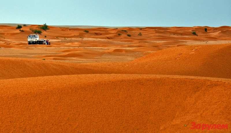 Метлой наралли-рейдах называют грузовики-эвакуаторы. Уметлы много работы впустыне.