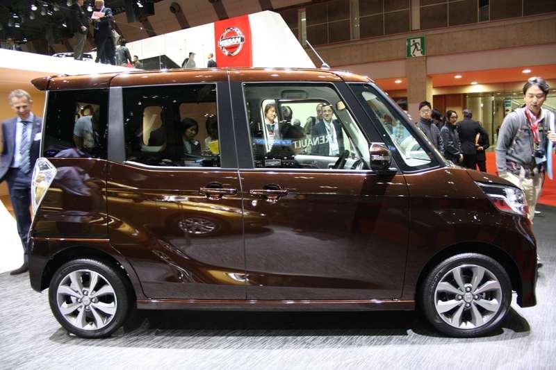 Nissan-DAYZ-ROOX-Highway-Star-side
