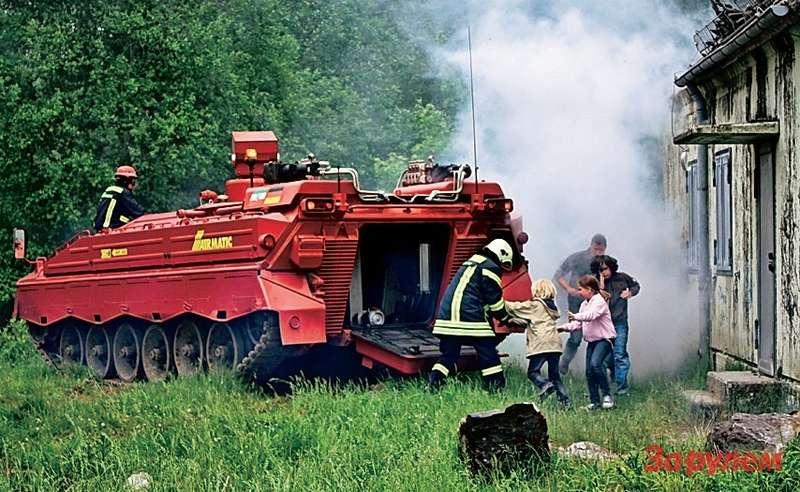 После тушения огня опустевший «Эйрматик РЕД» забирает уцелевших всвое чрево. Оно без окон, зато теплоизолированное.