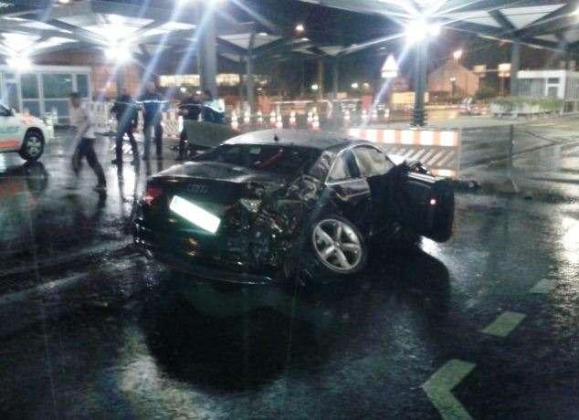 Награнице Швейцарии сФранцией автомобиль Audi набольшой скорости врезался вограждение, после чего пролетел повоздуху 45метров иприземлился настоянке