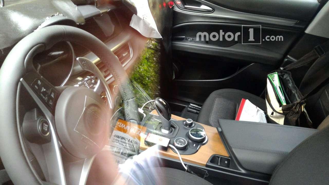Богатство итальянской души: заснят интерьер кроссовера Alfa Romeo— фото 603171
