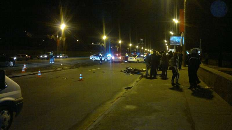 Volkswagen Passat выехал наразделительную полосу истолкнулся вдвумя мотоциклами, врезультате аварии погиб 19-летний мотоциклист