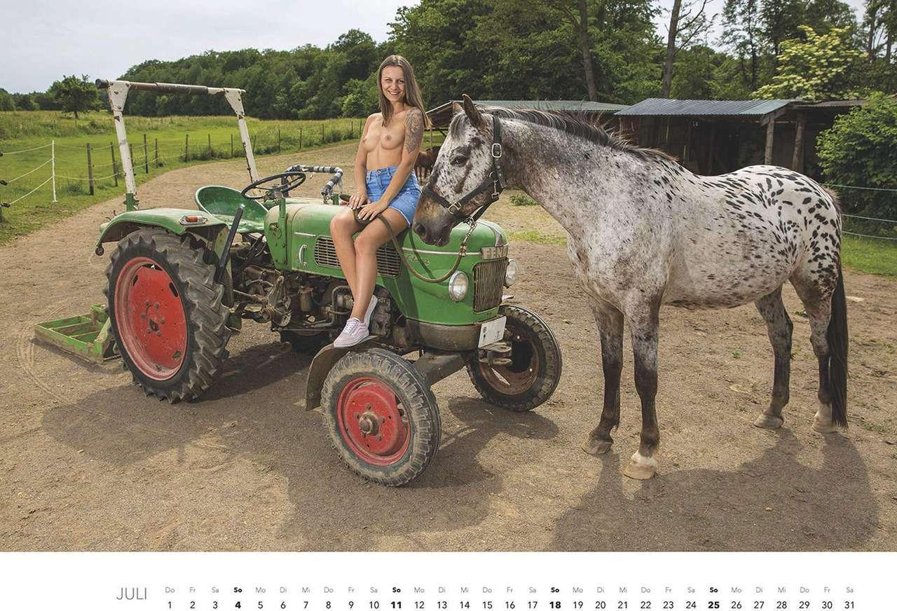 Первый календарь на2021год: не очень одетые трактористки (18+)— фото 1196276