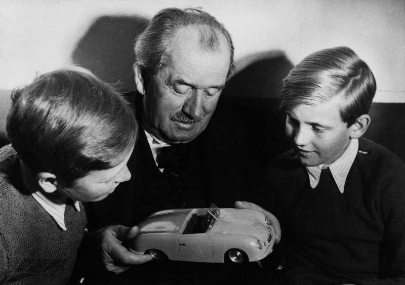 Порше-дед слюбимыми внуками, Фердинандом «Бутси» Порше иФердинандом Пьехом. Вруке— масштабная модель спроектированного сыном Ферри спидстера Porsche-356. Возможно, один изпоследних снимков выдающегося инженера.