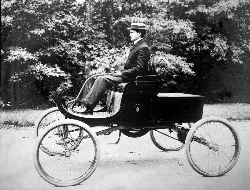 РойЧапин зарумпелем первого Oldsmobile. Bentley Image Bank