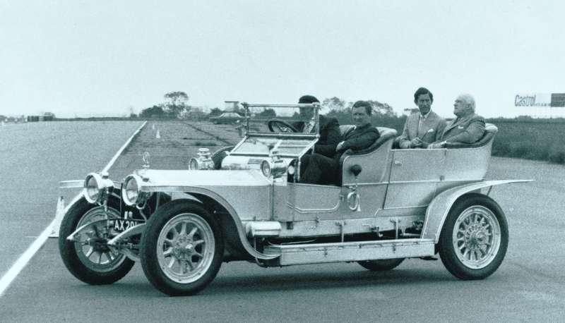 Принца Уэльского (сидит сзади справа) тоже катали назнаменитом Rolls-Royce Silver Ghost