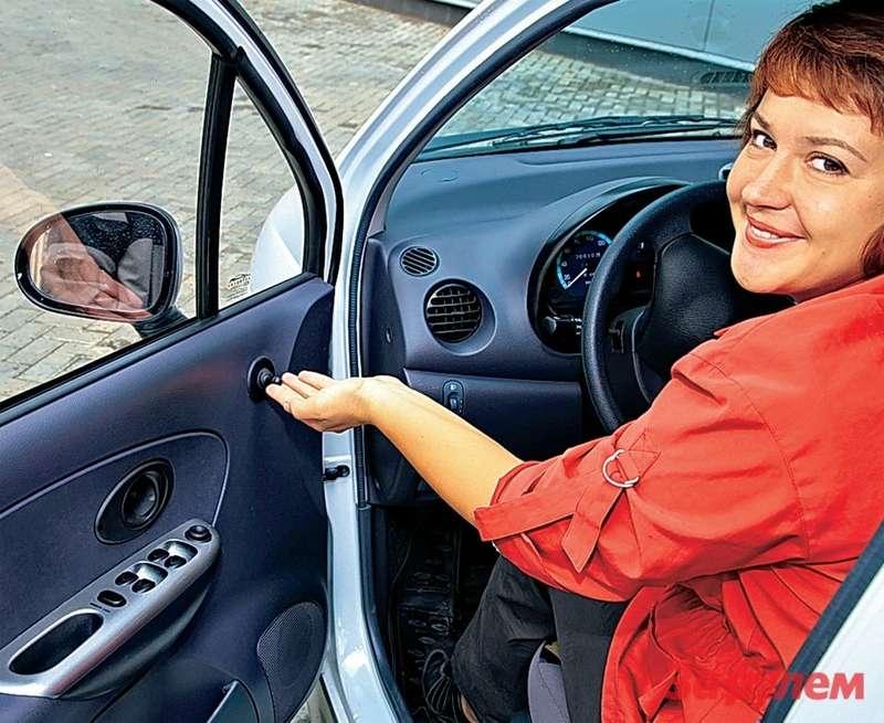 Оригинальный подход: водительское зеркало регулируется вручную, пассажирское— электромотором.