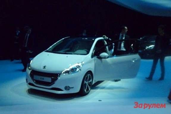 Peugeot 208 side-front view