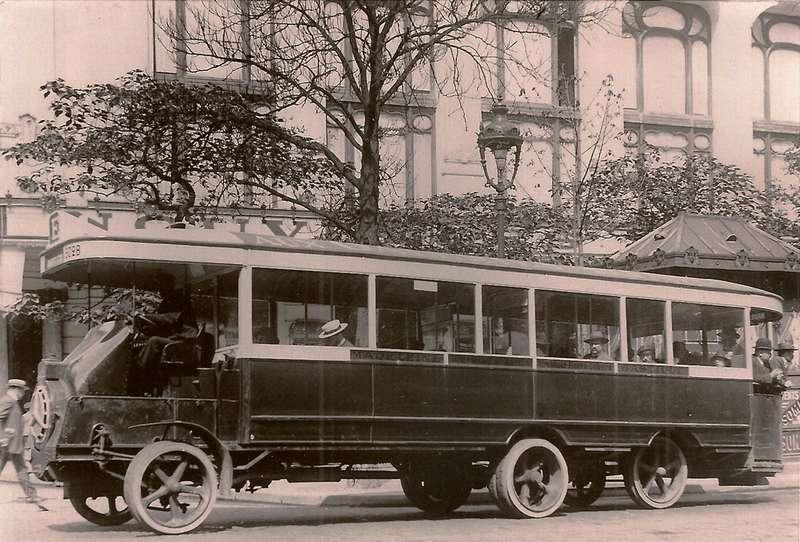 Попытки увеличить вместимость парижских автобусов приводили порой ккурьезам. Наснимке— Schneider H61923 года. Примерно тужеошибку совершают сегодня власти Москвы, используя трехосных автобусы вместо сочлененных. Фото: http://forum.aceboard.fr