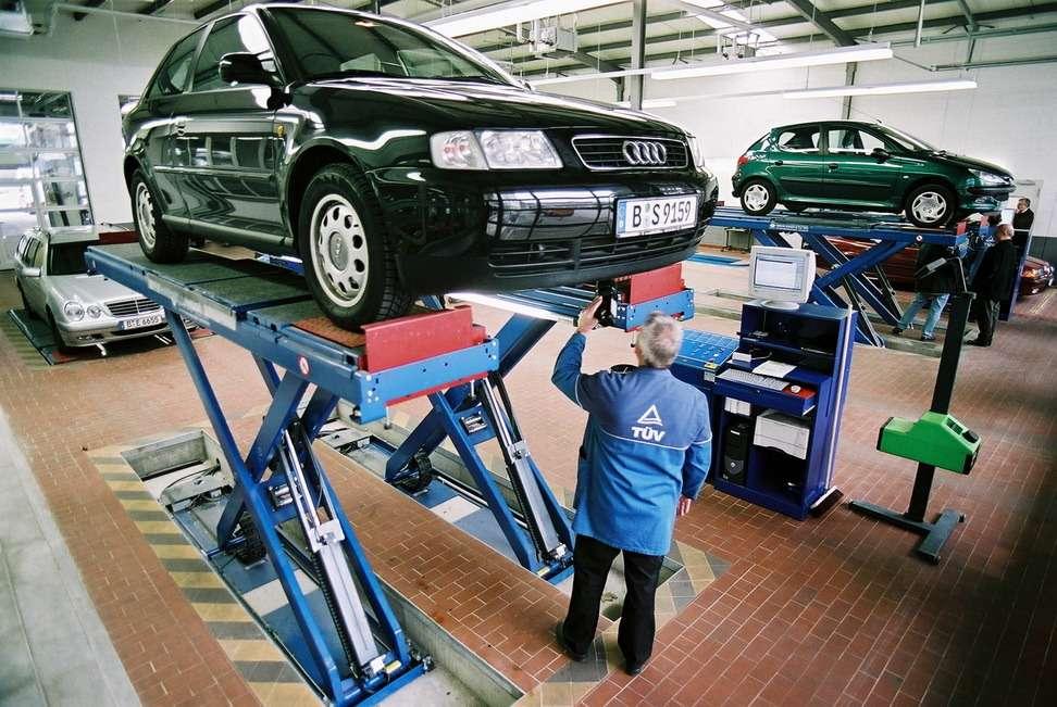 Проверка тщательная, нобез придирок срасчетом навзятку. Из-за помятого крыла автомобиль не «завернут». Фото: TÜV-Rheinland