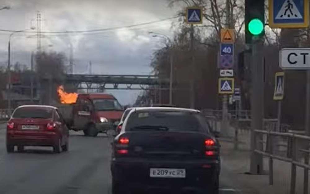 Водитель нагорящей машине сам приехал кпожарным (видео)
