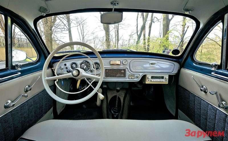 В этом автомобиле два рычага переключения передач! Отремонтировать привод подрулевого оказалось сложно, поэтому Мирослав установил напольный (как навсех «октавиях» с1963 года). Нородной, ни кчему неприсоединенный, оставил.