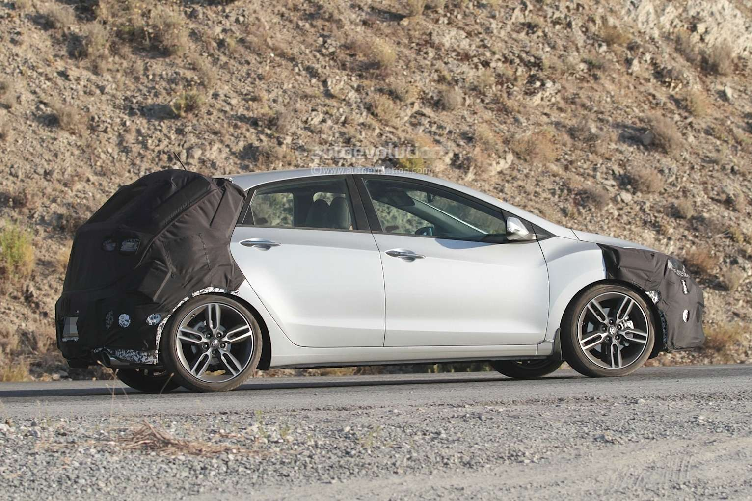 spyshots-hyundai-i30-n-hot-hatch-seen-for-the-first-time_5