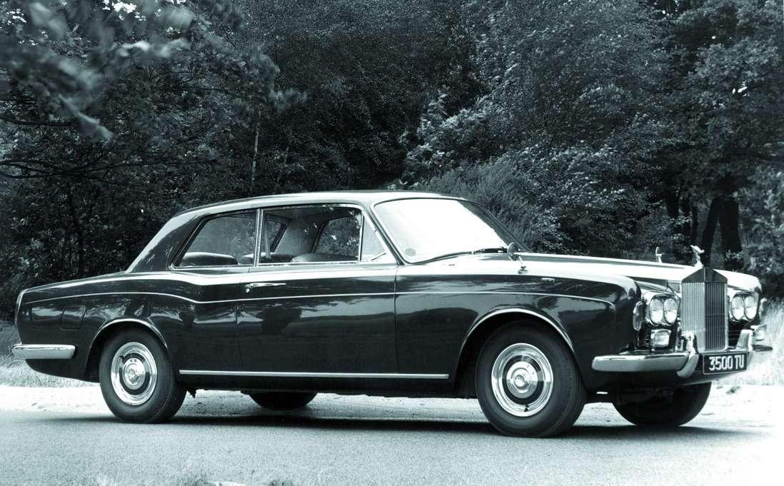 Rolls-Royce Corniche, 1971г. Дизайн машины разработал выдающийся британский стилист Джон Полуэл Блэтчли. Название купе отсылало кфранцузскому названию дороги, огибающей горный склон. Всего было построено 1306 купе икабриолетов Corniche MkI.