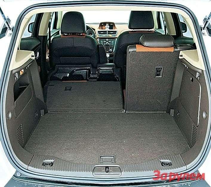 Багажник «Опеля» неочень просторный. Зато нет бортика, что облегчает погрузку тяжелых сумок.