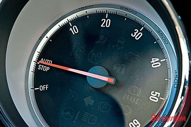 Натахометре машин сфункцией «старт/стоп» нанесена соответствующая отметка. Вовремя коротких остановок, когда двигатель выключается, стрелка замирает возле нее. Если мотор заглушен, стрелка уходит напозицию OFF.
