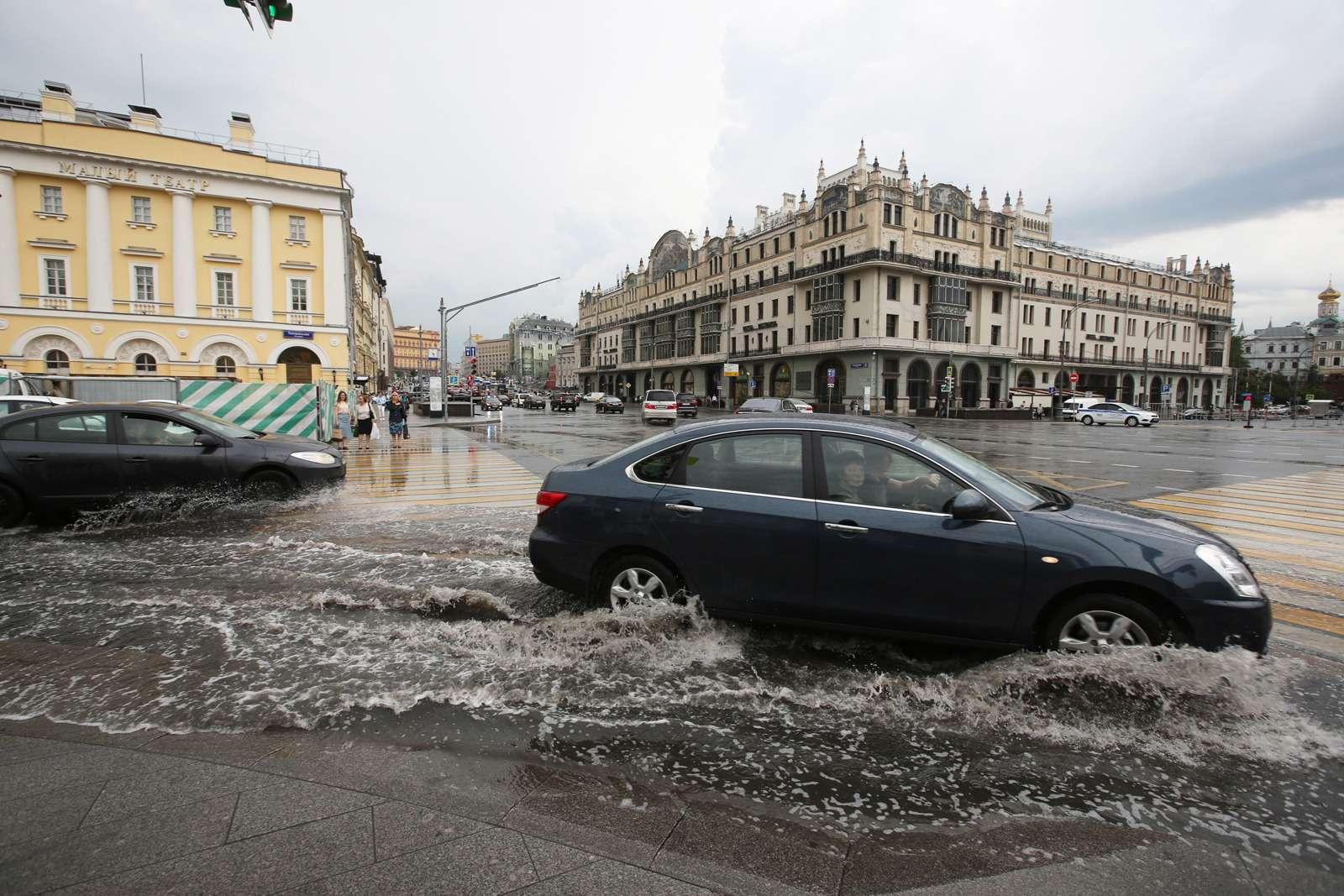 Москву залили дожди, машины поплыли. Фоторепортаж ЗР— фото 770694