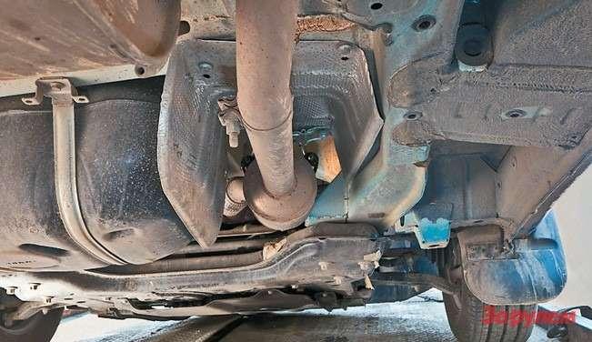 Клиренс ограничен нижней поверхно- стью балки передней подвески, однако  поставить защиту картера не помешает