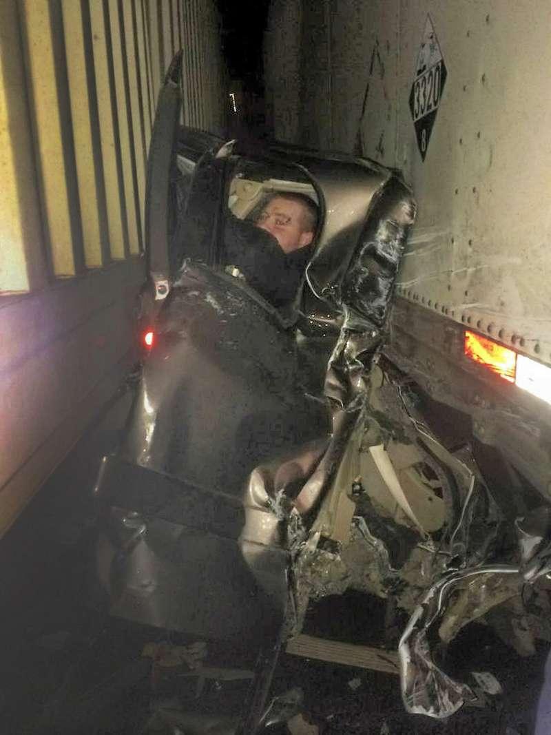 Водитель раздавленного между двумя фурами пикапа остался невредимым