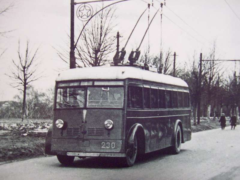 Троллейбус ЯТБ-1 оснащался тяговым электродвигателем ДТБ-60 мощностью 60кВт, работавшим отконтактной сети напряжением 550В. Максимальная скорость— 40км/ч. Фото изколлекции Дмитрия Дашко