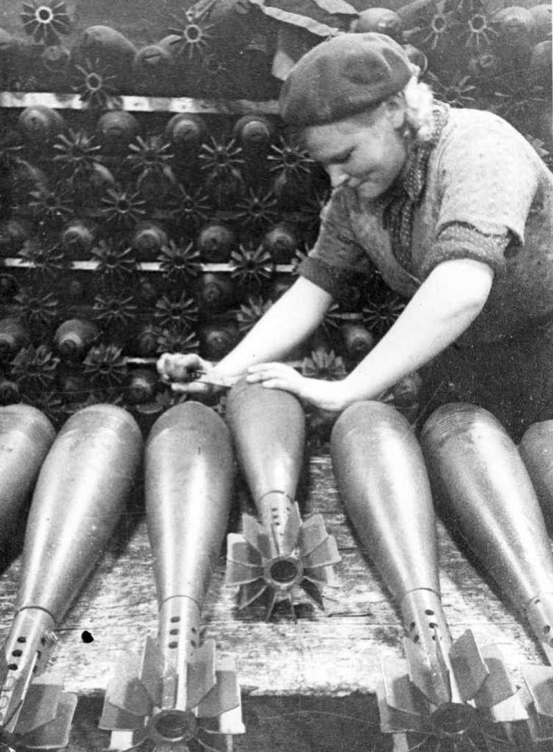 Сборка мин наГорьковском автозаводе, 1942год