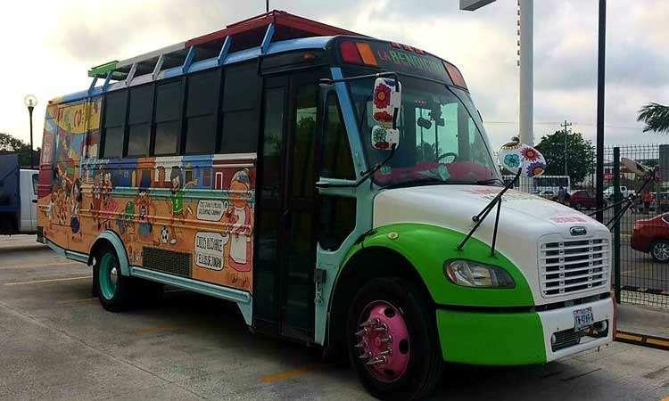 Мексиканцы приехали вМоскву наЧМ-2018на расписном автобусе— фото 878392