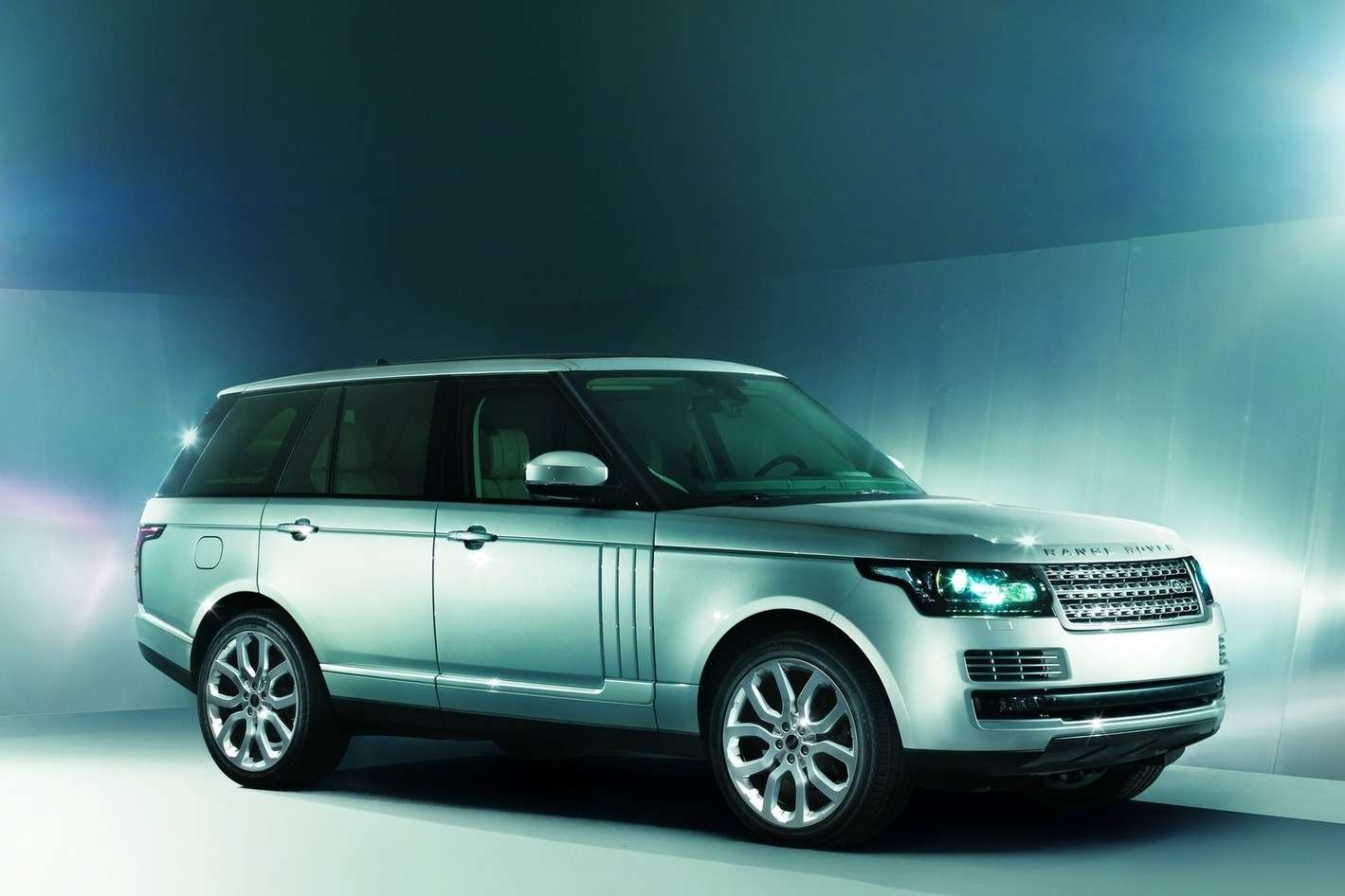 Land Rover Range Rover side-front view_no_copyright