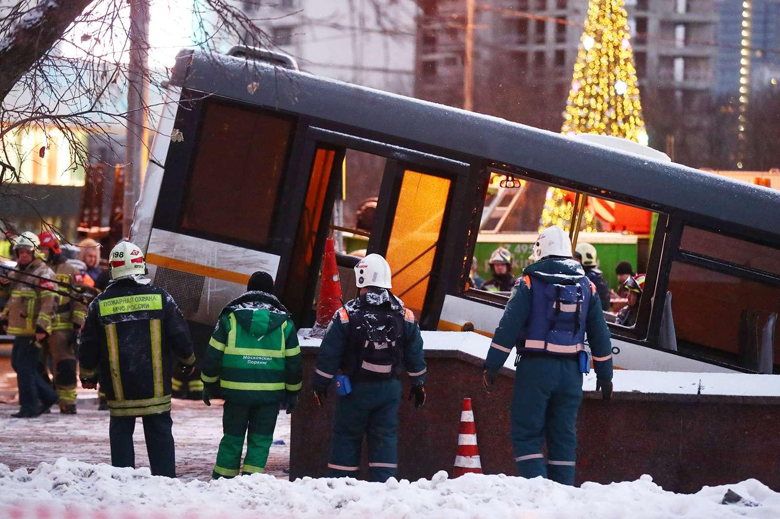 Трагическое ДТП савтобусом вМоскве. Все версии: оттеракта добутылки сводой