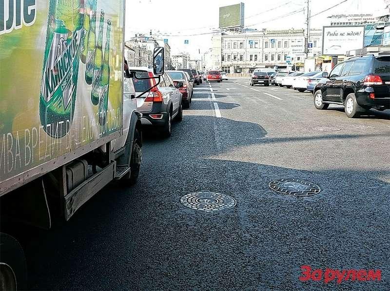 В этой ситуации поворачивающие посвободным полосам машины не повлияют накрасную окраску улицы накарте. Более продвинутые системы отразят перекресток двумя цветами.