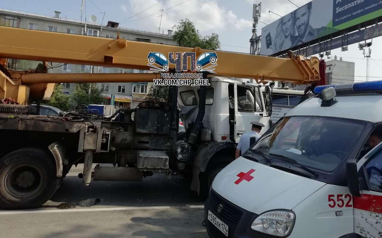 Кран таранил людей имаршрутки— трагичное ДТП вЧелябинске— фото 988290