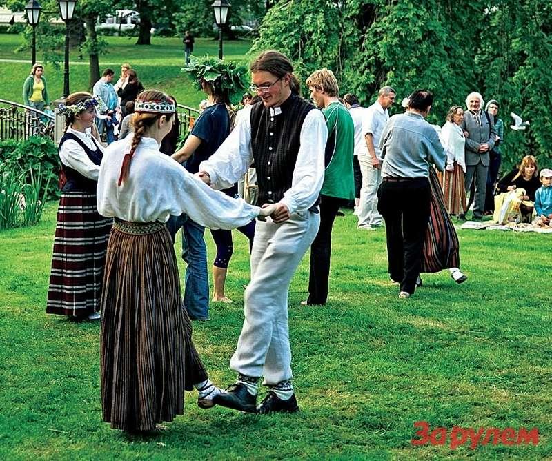 Лиго, народное гулянье рижан. Песни, танцы, национальные костюмы— неотъемлемая часть праздника.
