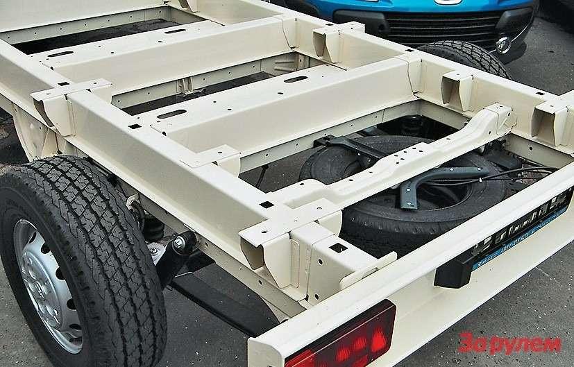 В отличие отцельнометаллических фургонов снесущим кузовом шасси поднадстройки делают нараме