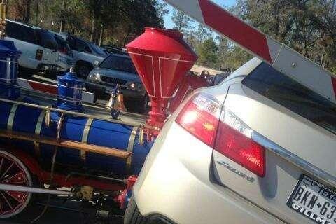 Миниатюртный поезд впарке протаранил Honda Accord