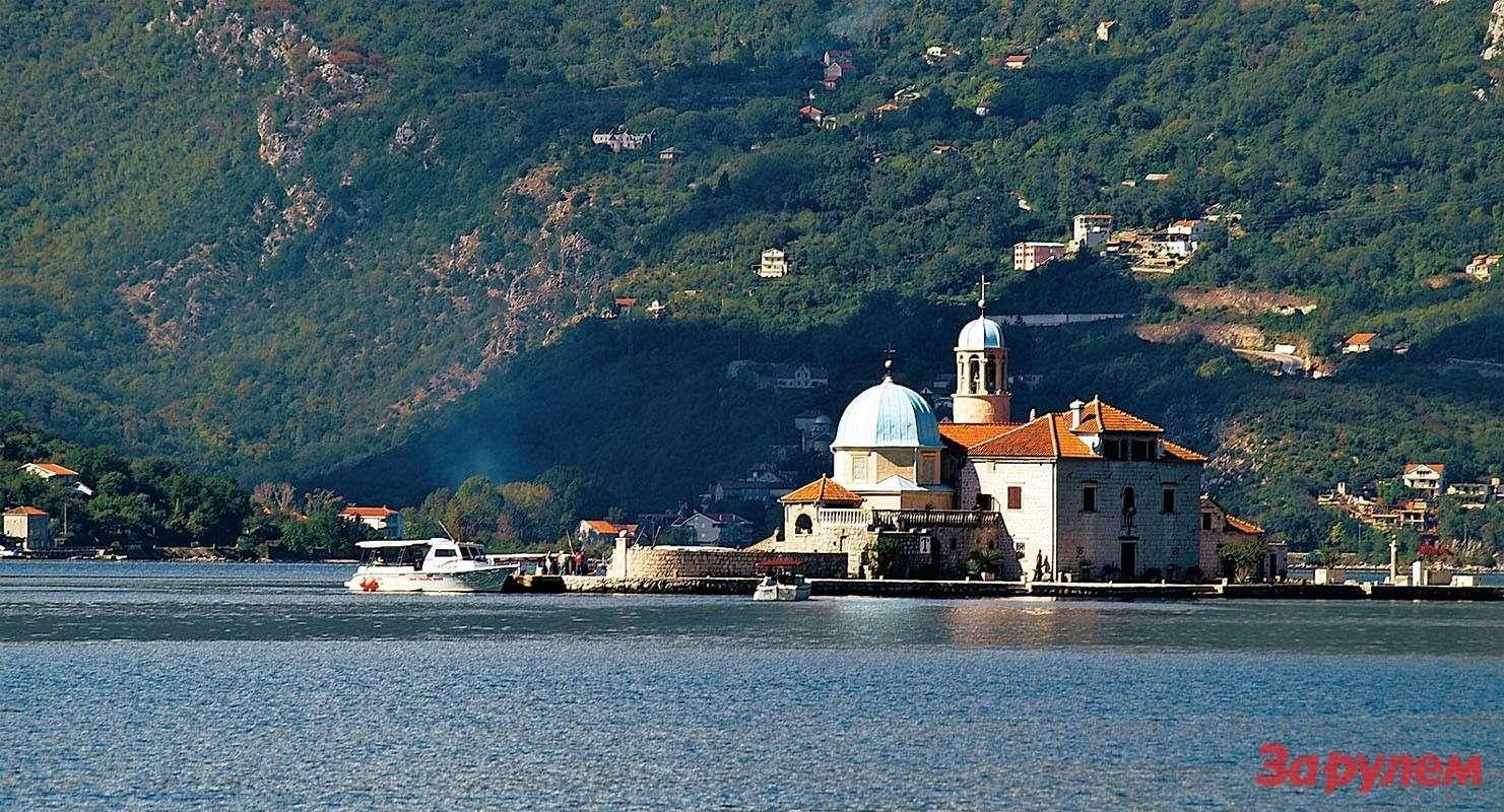 В Которском заливе примечателен остров скатолической церковью Богородицы наРифе. Добираются туда катером.