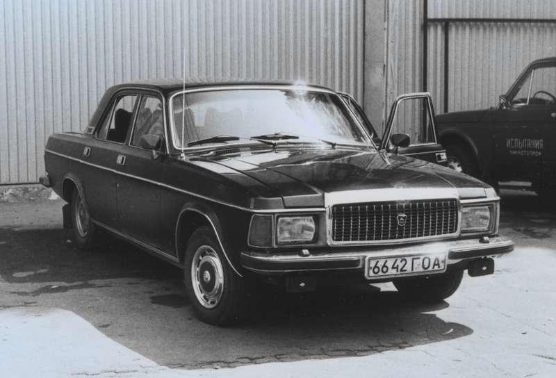 Взамен снятой в1987 году спроизводства «Чайки» ГАЗ предложил использовать «Волги» сулучшенной отделкой имоторами V8, доэтого поставлявшиеся исключительно дляспецслужб: ГАЗ-31013с 5,53-литровым иГАЗ-31011с 4,25-литровым двигателями. Однако эти машины так иостались прототипами