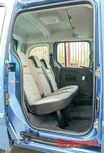 В «Кангу» персональные пассажирские кресла дополнены индивидуальными ячейками впотолке длямелочовки.