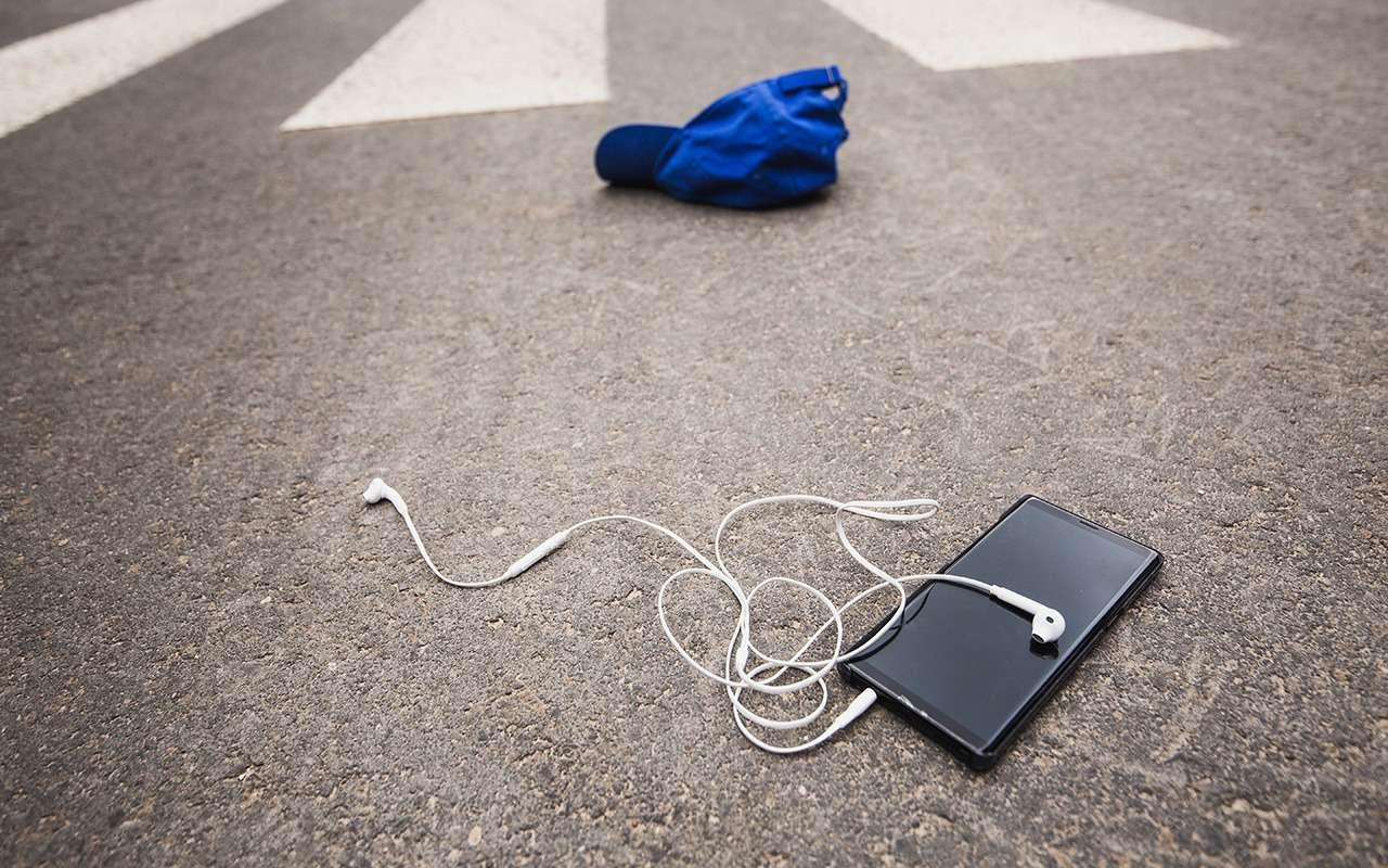 Самые опасные пешеходы: телефонные зомби, фанаты Assassin's Creed, пенсионеры идети— фото 1273628